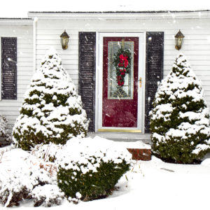 Cape-cod,Style,Home,With,Front,Red,Door,And,Wreath,For